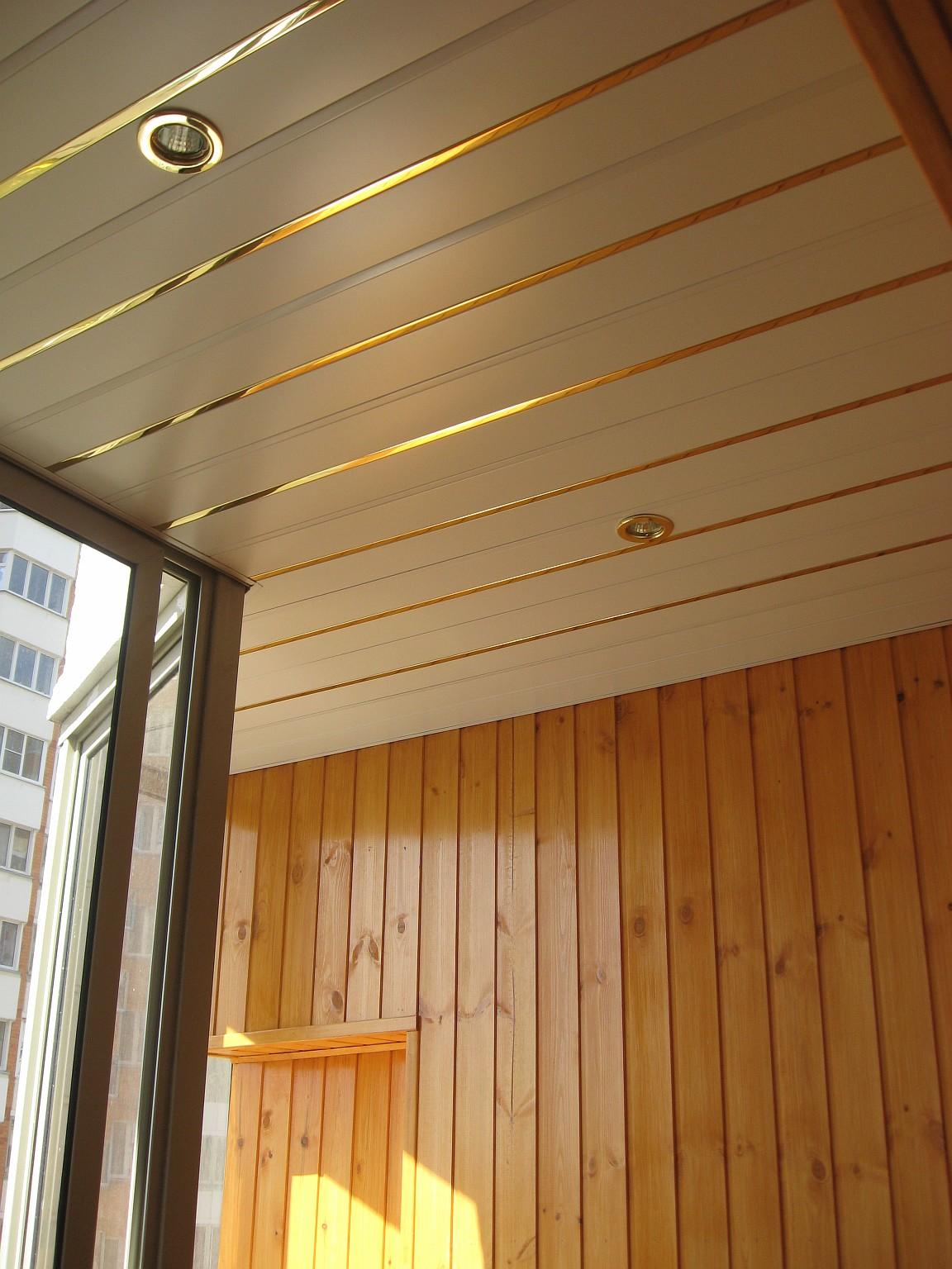 reechnye-potolki-na-balkone-1